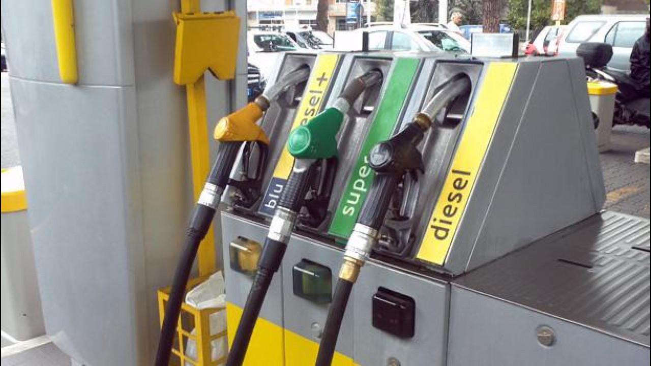 [Copertina] - Petrolio: prezzo mai così basso da 5 anni. Benzina sempre cara, però