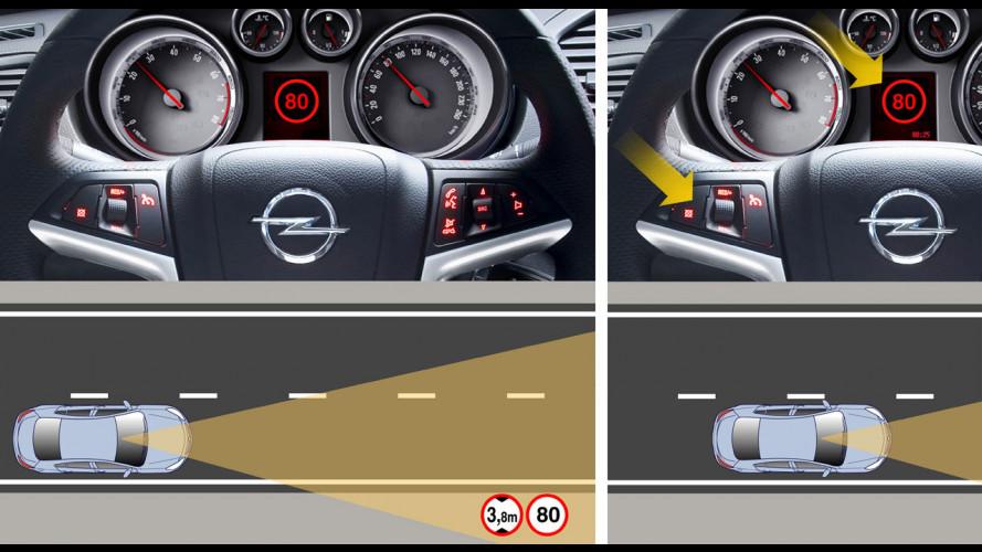 Debutta sulla Insignia la fotocamera che riconosce la segnaletica stradale