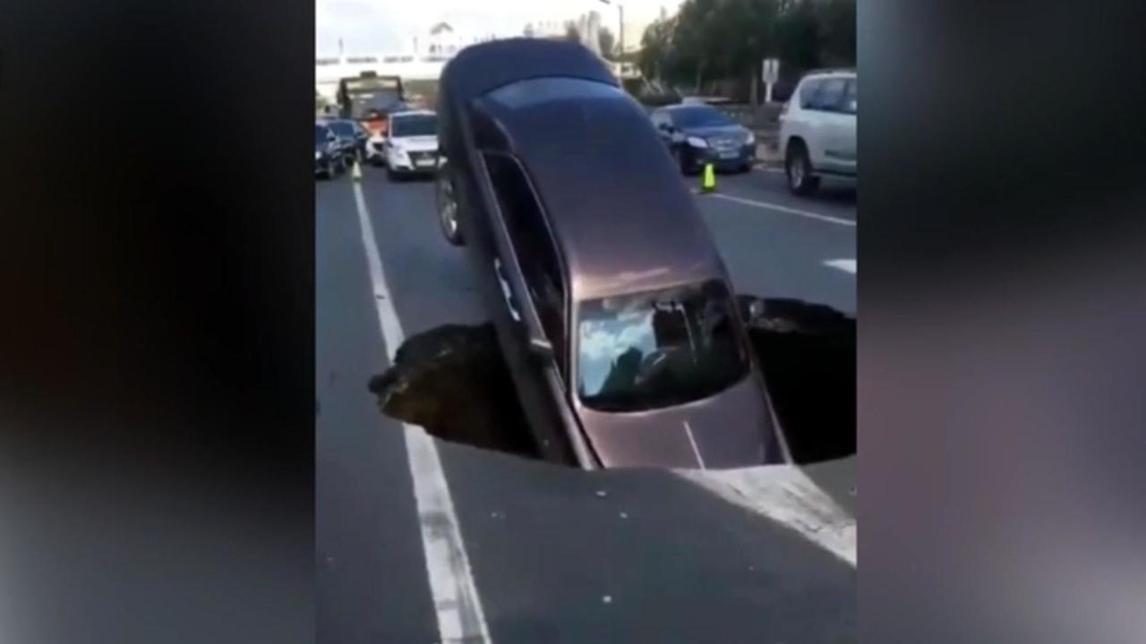 Rolls-Royce in Chinese sinkhole