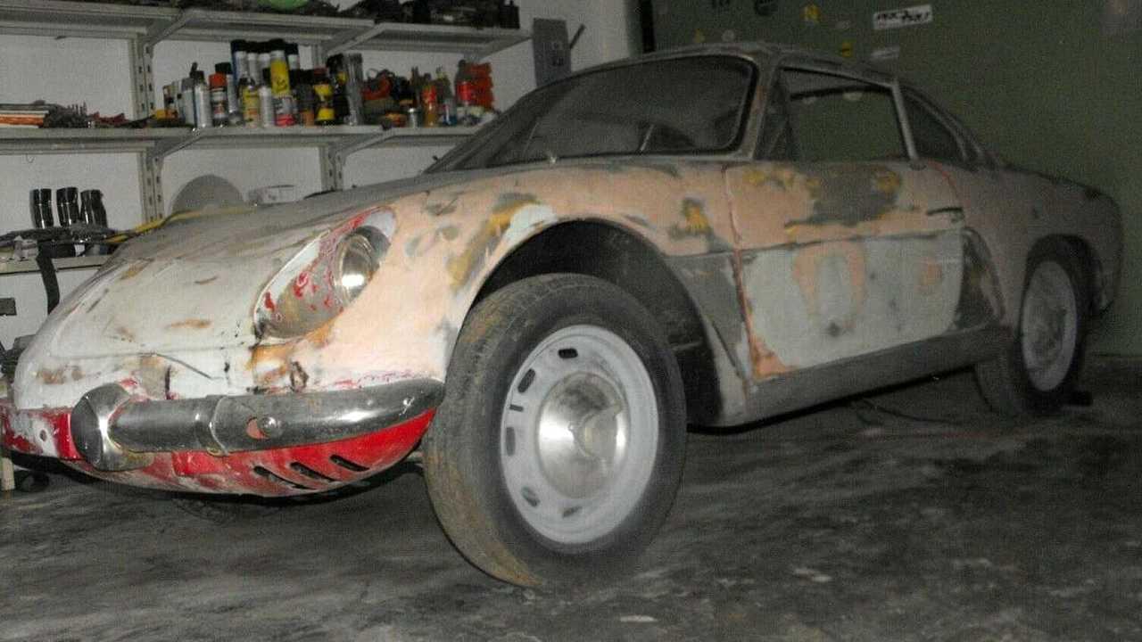 Alpine A110 1965 abandonado, descubierto en un garaje