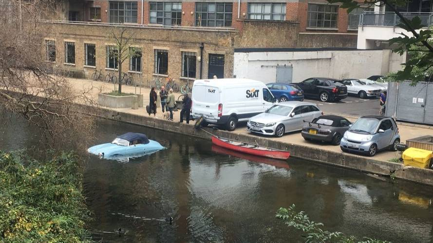 Porsche 356 replica gets punted into London canal