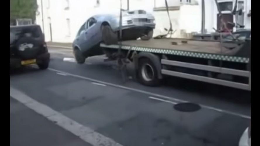 Vídeo: motorista faz manobra ousada e escapa do guincho