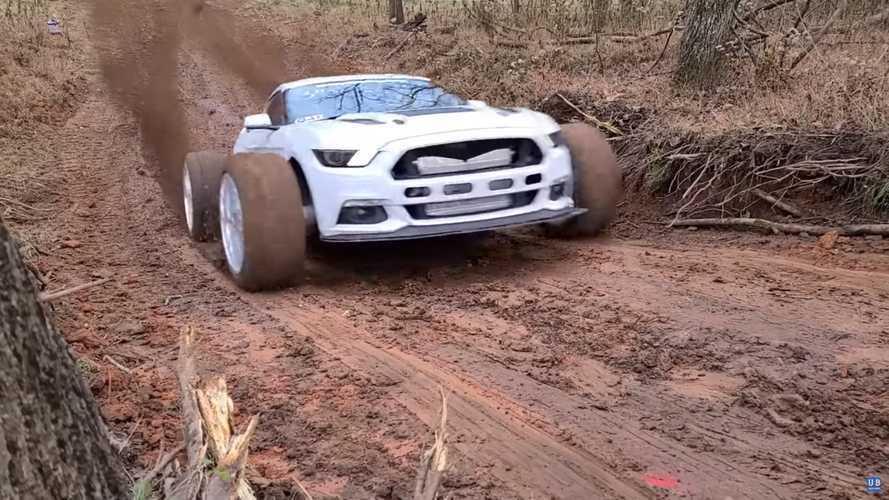 Vídeo: Ford MUDstang vs. Mustang estándar en una cuesta con barro
