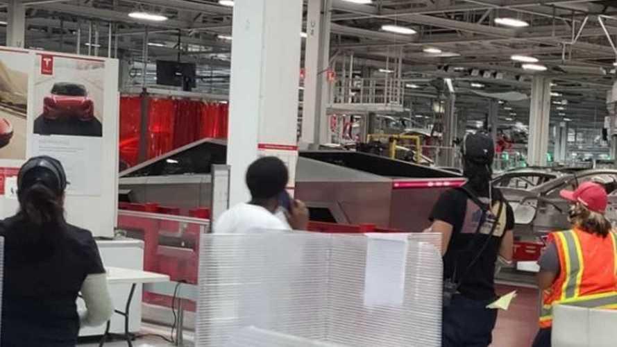 Tesla Cybertruck faz aparição surpresa na linha de produção na Califórnia