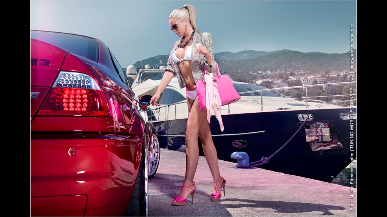 Miss Tuning Kalender 2012: August heißt Urlaubszeit. Noch schnell den Dreier abgeschlossen und ab auf die Jacht