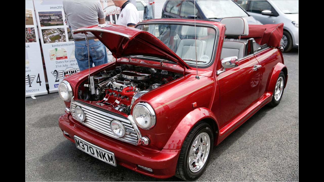Bis ins kleinste Detail wurde dieses Cabrio aufgehübscht. Selbst Teile des Motors glänzen in Chrom.