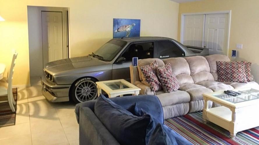 """Amor verdadeiro: BMW M3 """"dorme"""" na sala do dono para fugir de furacão"""