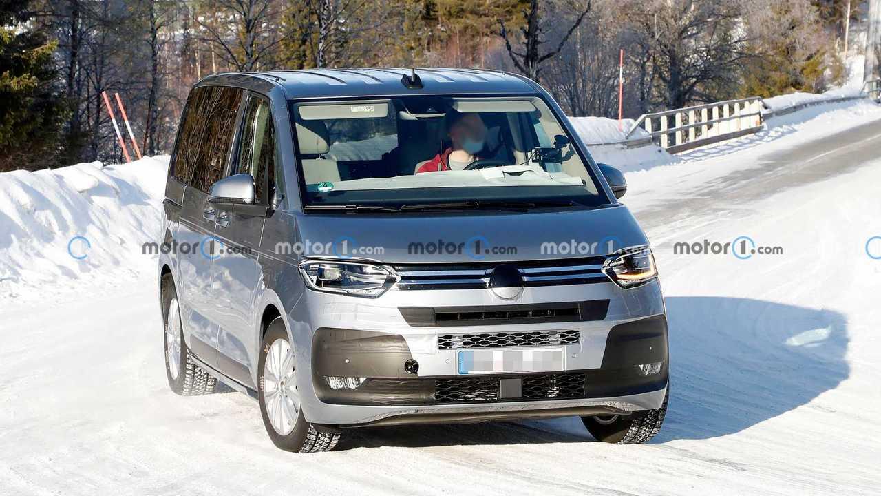 Çok az kamuflajlı yeni Volkswagen T7 Multivan'ın karlı yollarda çekilmiş casus fotoğrafı.