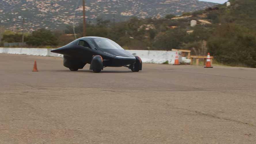 La stranissima auto solare scende in strada: ecco l'Aptera in video