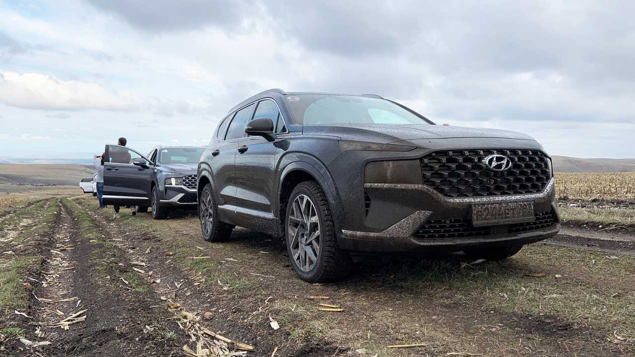 Обновленный Hyundai Santa Fe для России в грязи