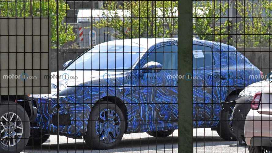 Младший кроссовер Maserati заметили на тестах (13 фото)