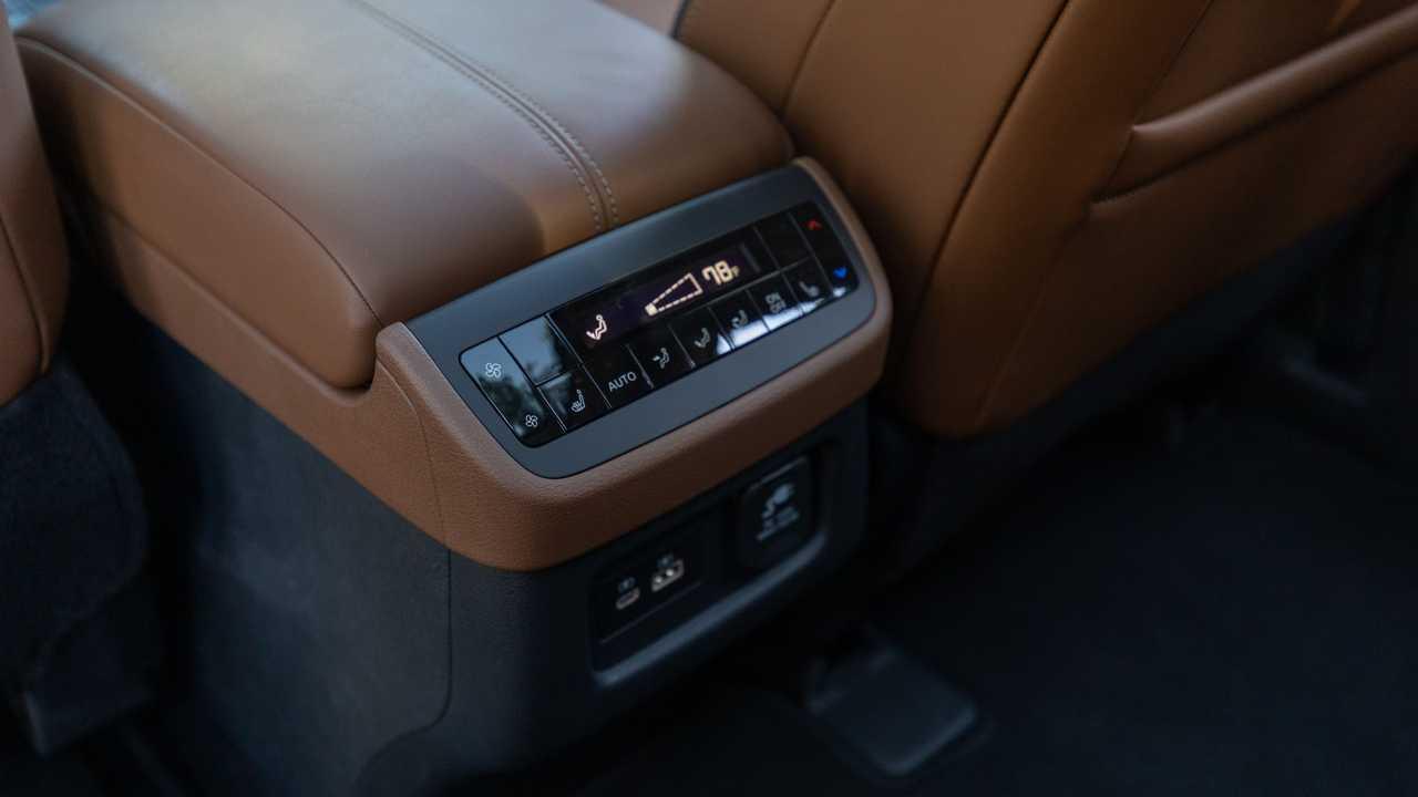 2022 Nissan Pathfinder Platinum Органы управления HVAC в салоне, задние