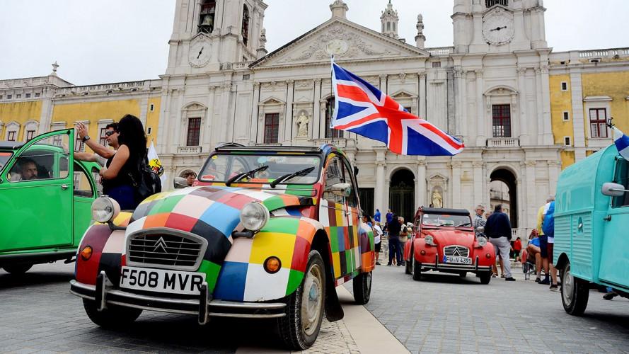 Citroen 2CV, coloratissimo il raduno mondiale in Portogallo