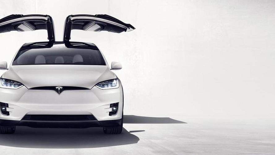 Sa Tesla l'emmène jusqu'aux urgences et lui sauve la vie !