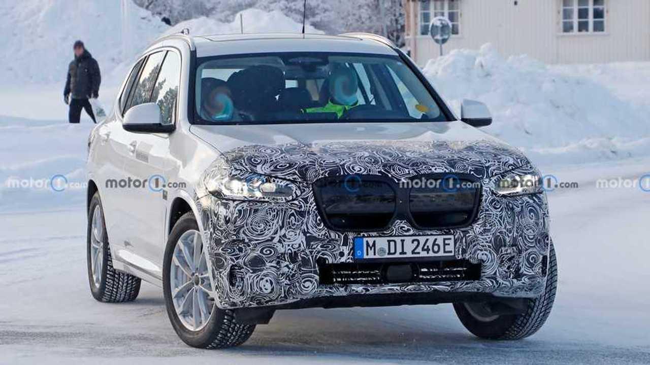 BMW iX3 restyling, foto spia