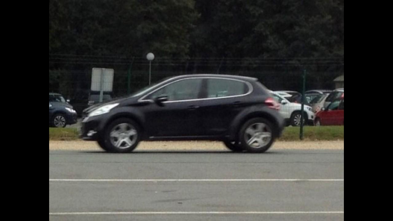 Flagra: Peugeot 208 com suspensão alta pode ser a mula do futuro 2008 RX