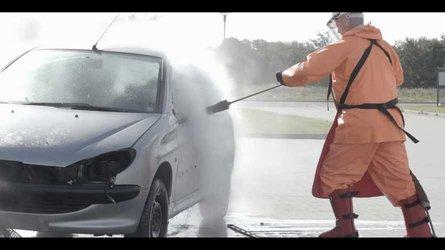 VIDÉO - Une Peugeot 206 détruite... par un jet d'eau