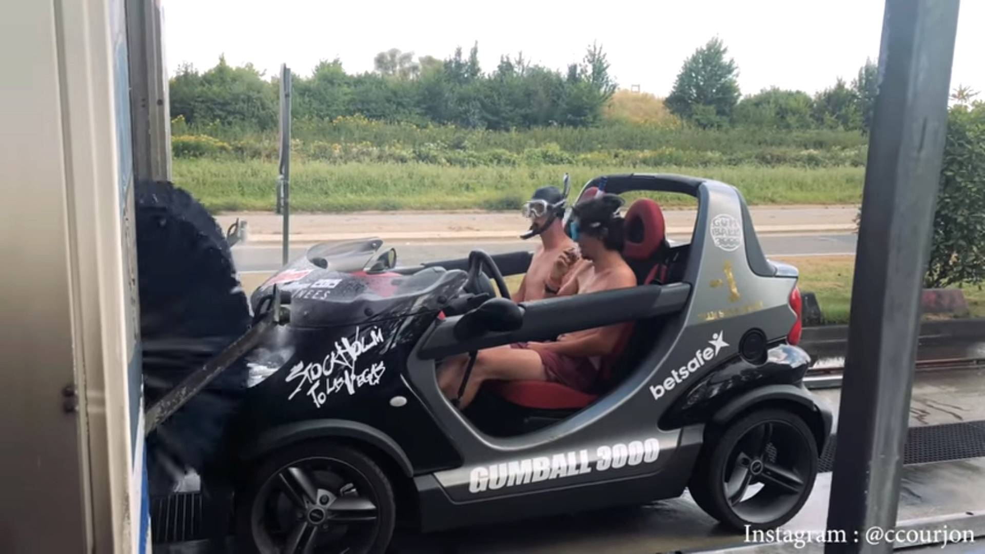 Smart Car Wash >> Crazy Guys Take Rare Smart Crossblade Through Automatic Car Wash