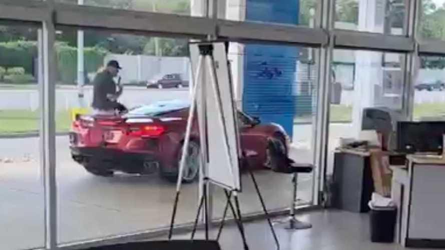 Vídeo: ¡roba un Corvette C8 al vendedor en el concesionario!