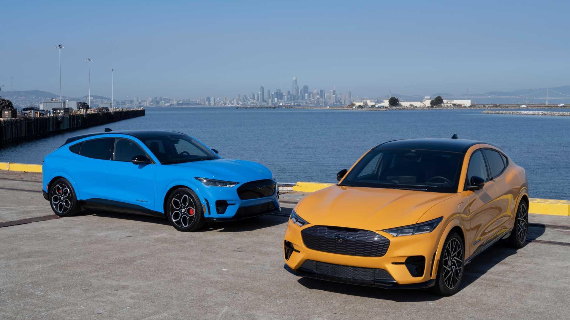Mustang Mach-E GT en Grabber Blue et Cyber Orange Metallic