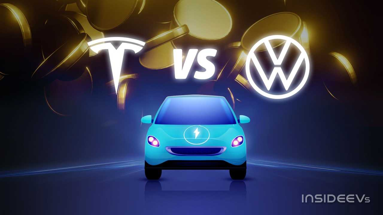 Una citycar a zero emissioni insieme ai loghi di Tesla e Volkswagen
