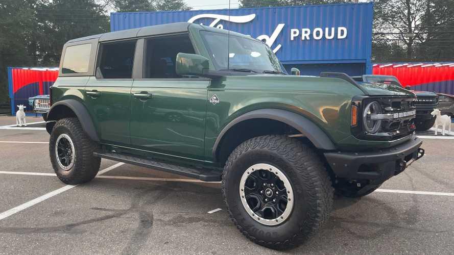 Старый Ford Bronco поделился с новым «хвойным лесом на рассвете»