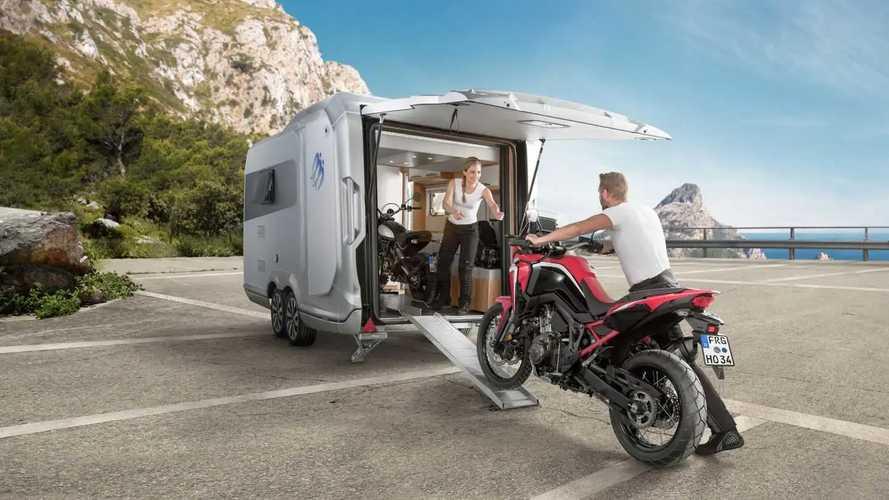 La caravana Knaus Deseo 400 puede transportar hasta dos motos