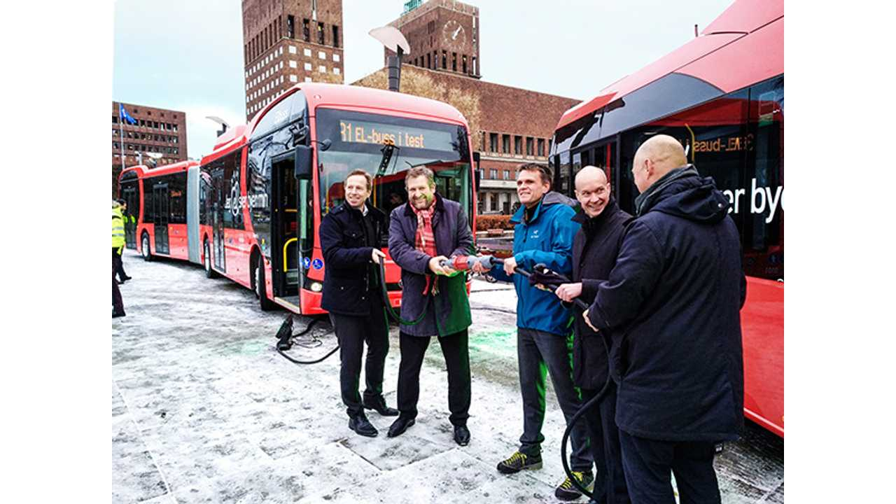 BYD 18m Articulated Ebus in Oslo. Picture shows from left to right: Atle Rønning, Norgesbuss; Ruters Bernt Reitan Jenssen, City Council Secretary Einar Wilhelsmsen; Jan Volsdal, Nobina; and Øystein Svendsen, Unibuss