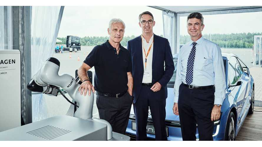 Joint development of robot-based innovation concepts for vehicles of the future has now been agreed following the signing of a new Cooperation Contract by the Chief Executive Officer of Volkswagen AG, Matthias Müller (left), Head of Research and Development at the Volkswagen Group, Ulrich Eichhorn (right), and the Chief Executive Officer of KUKA AG, Till Reuter (middle).