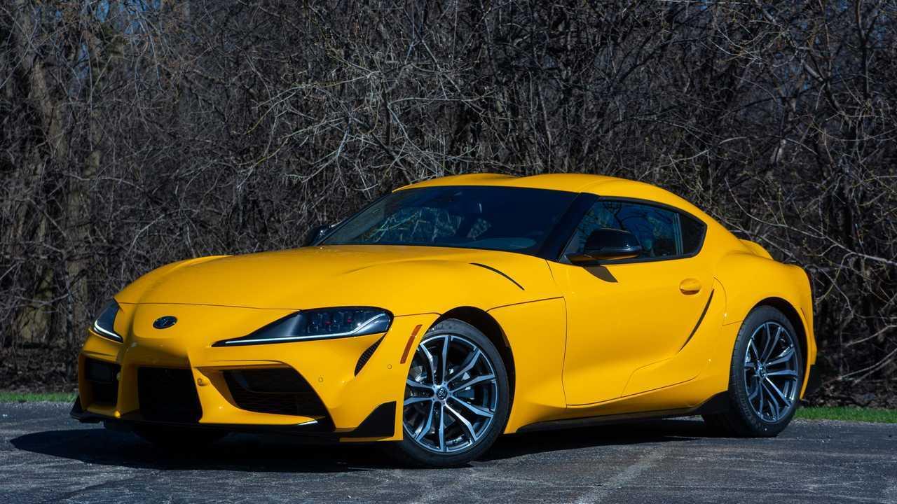 Sarı renkli bir 2021 Toyota Supra 2.0