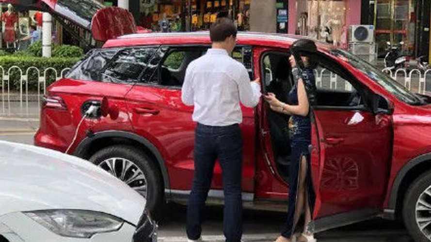 Egy kínai sofőr megmutatja, hogyan kell hibriddel csajozni