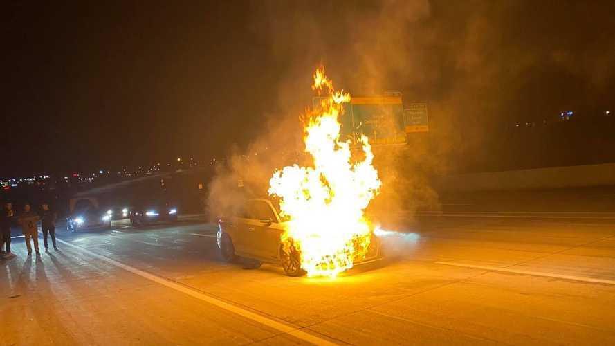 VIDÉO - Une Audi RS 3 préparée prend feu à plus de 200 km/h sur autoroute