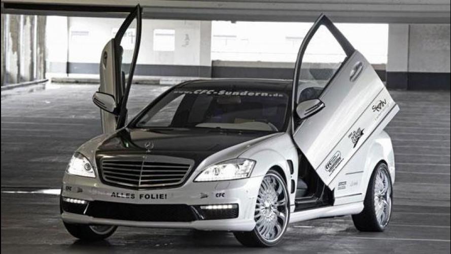 Una Mercedes S65 AMG con porte ad apertura alare
