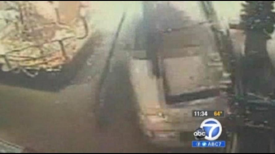 VÍDEO: Criança se livra de atropelamento dentro de uma loja