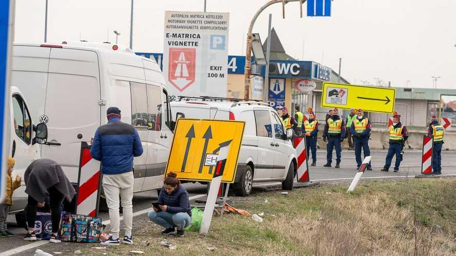 20 kilométeres dugó, külföldiek állják el az utat Hegyeshalomnál