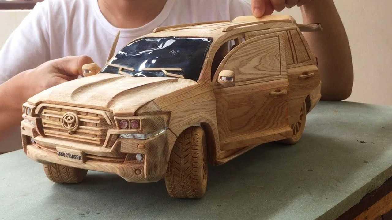 Este chico talló un genial Toyota Land Cruiser de madera 66