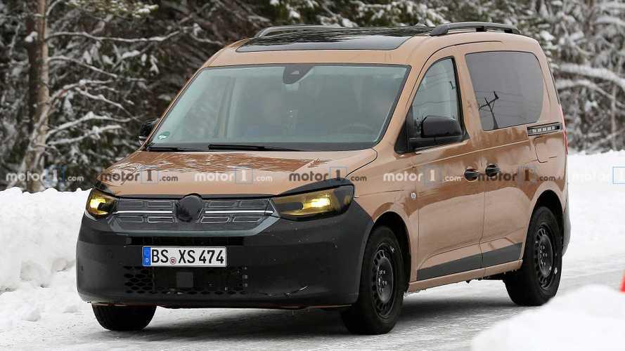 """Volkswagen Caddy, le foto spia del prototipo """"vestito"""" da Dokker"""