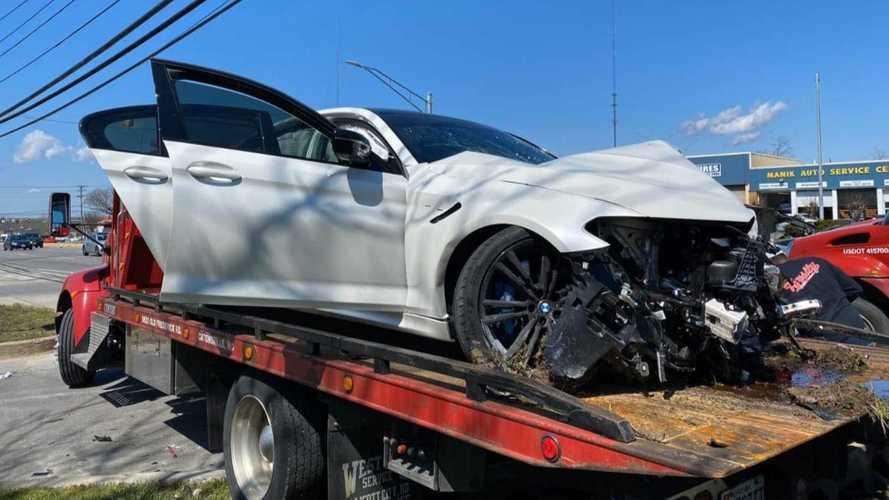 Pár perccel az átvétele után rommá törtek egy BMW M5-öst (videó)
