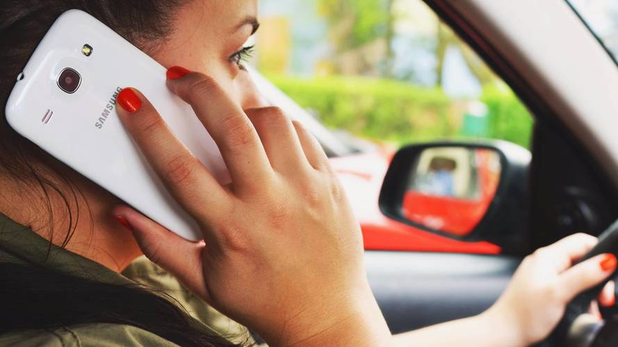 Mesure 13 - Mieux faire respecter l'interdiction de la tenue en main d'un téléphone pendant la conduite