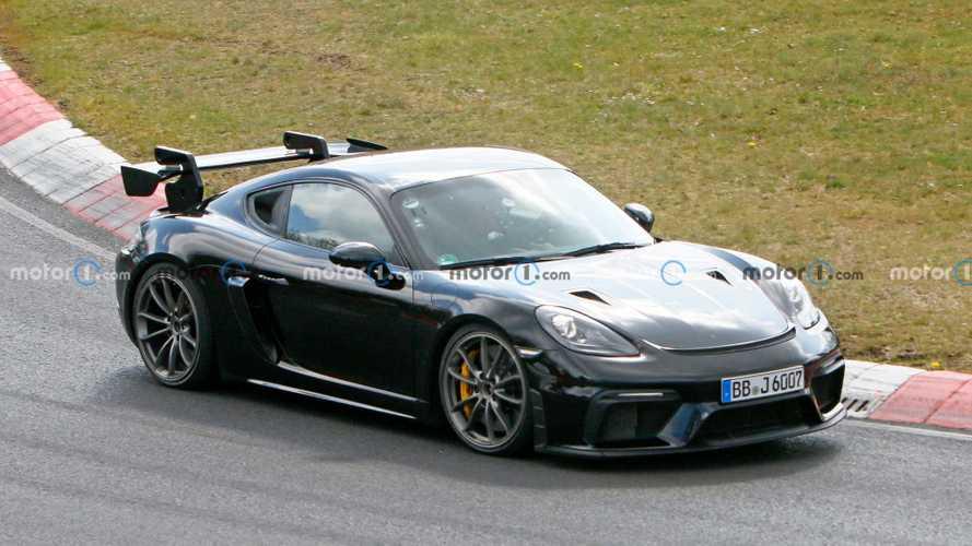 La Porsche Cayman GT4 RS scalda le gomme in vista del debutto
