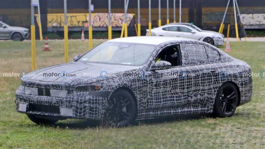 Nuova BMW Serie 5, le foto spia di elettrica e ibrida plug-in