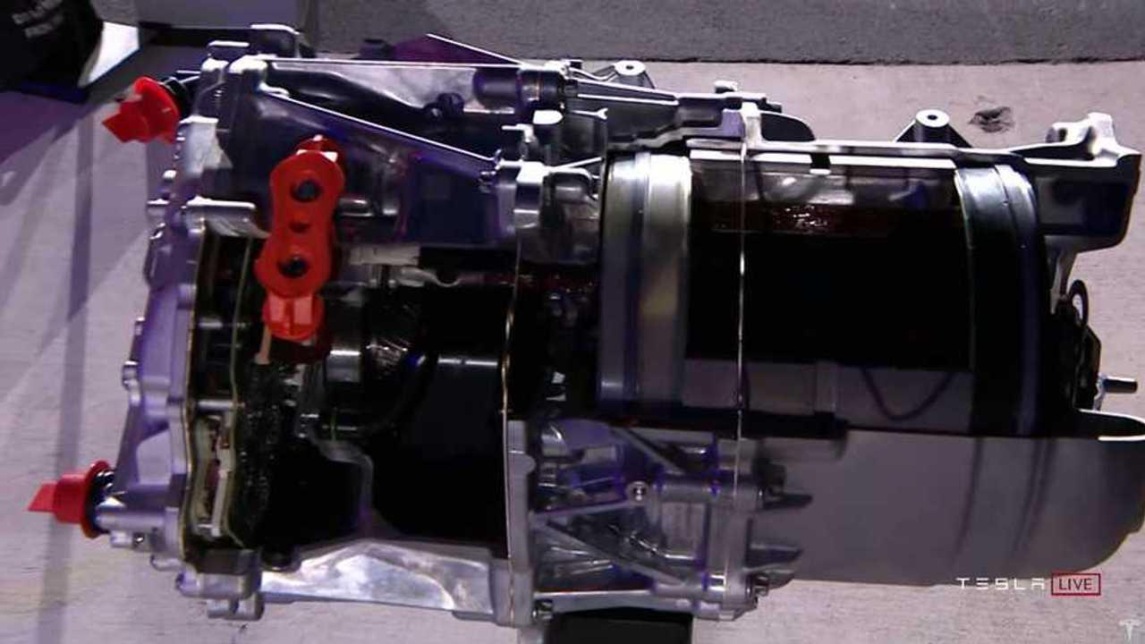 Un primo piano del nuovo motore Tesla con rotore in carbonio