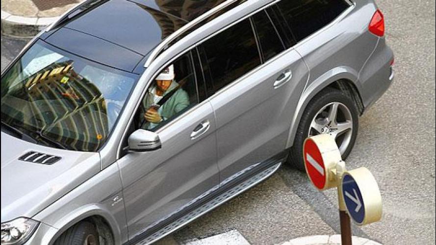 Hamilton beccato mentre guida con lo smartphone in mano