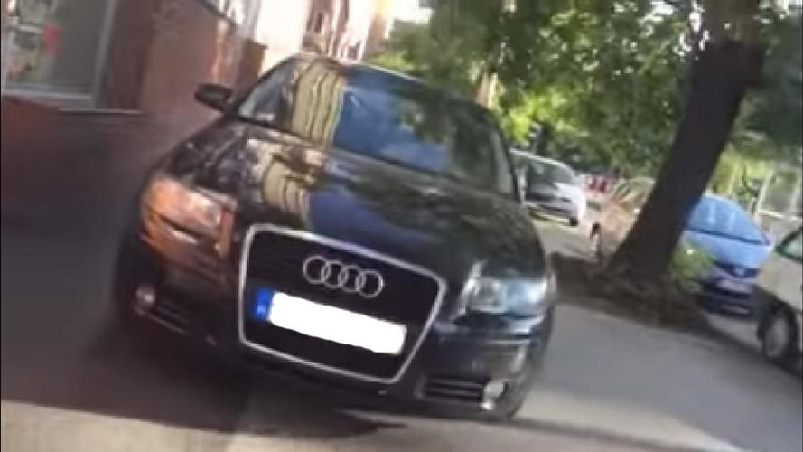 Íme egy audis, aki a Fehérvári úton a járdán közlekedik