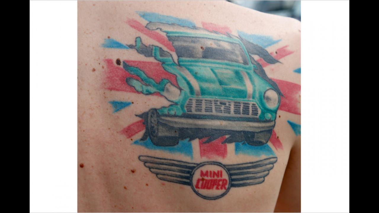 Einigen Fans geht die Liebe zu ihren Autos sogar bis unter die Haut.