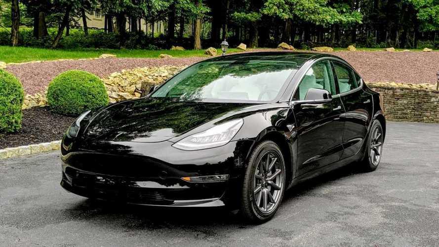 Tesla Model 3 é flagrado na fábrica com novidades por dentro e por fora