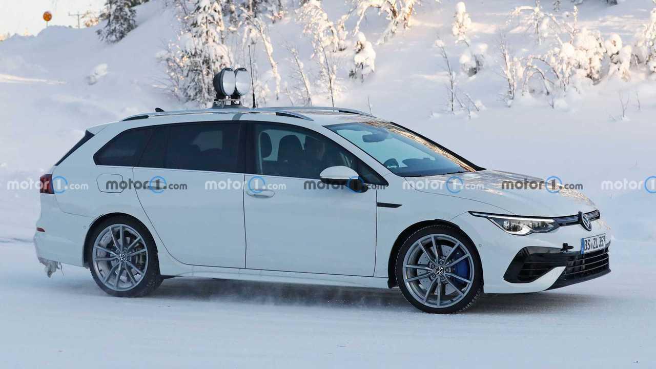 Шпионские фото универсала Volkswagen Golf R нового поколения, профиль