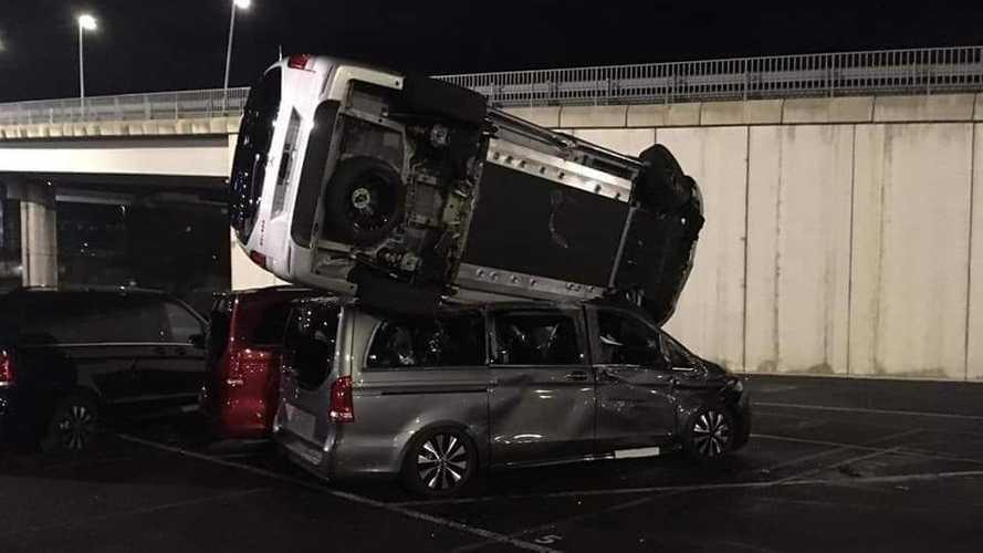 Il attaque l'usine de Mercedes-Benz avec un engin de chantier