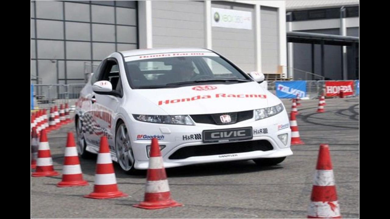 Beim Honda Racing Slalom wird ein Civic Type R durch einen engen Kegel-Parcours gescheucht