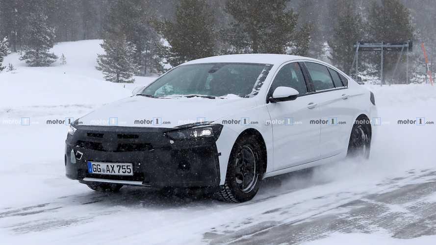 Opel Insignia, le foto spia del restyling del 2020